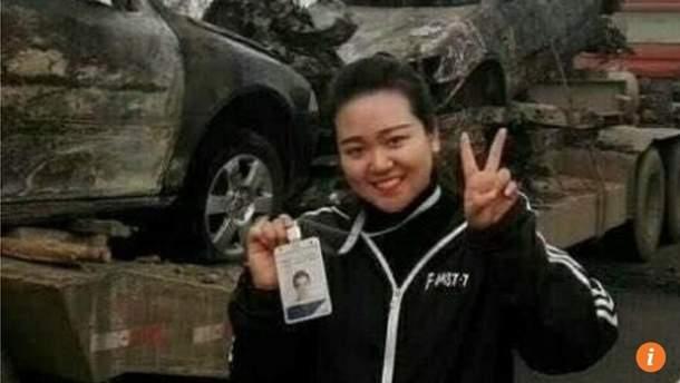 Китайську журналістку звільнили за фото на фоні розбитих авто
