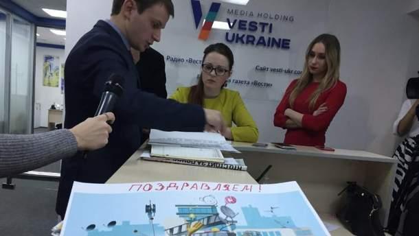 """В редакцию издания """"Вести"""" снова пришли правоохранители"""
