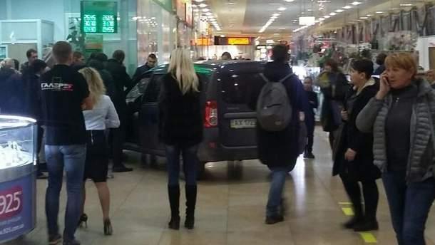 В Харькове мужчина на авто влетел в торговый центр