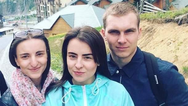Оксана Берченко (по центру) з сестрою Діаною та чоловіком Олександром