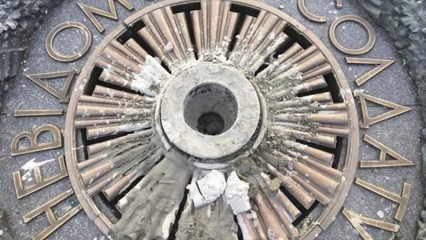 Вечный огонь в Киеве залили цементом