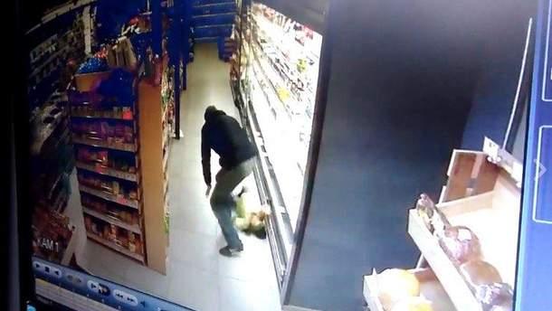 Мужчина уронил 3-летнего ребенка на пол в супермаркете Кропивницкого