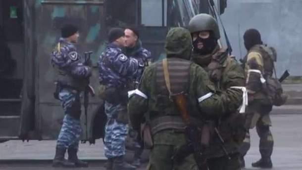 Озброєні люди захопили центр Луганська