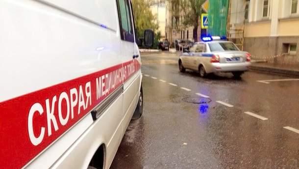 Мужчина ранил ножом одного полицейского, однако второй сумел в него выстрелить