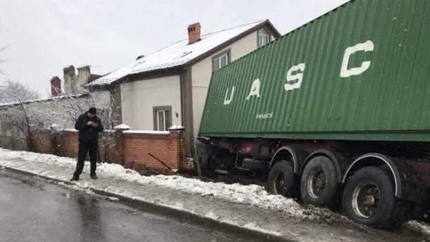 Грузовик влетел во двор возле Львова