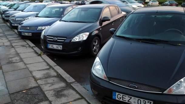 На українських вулицях сотні тисяч авто на іноземних номерах