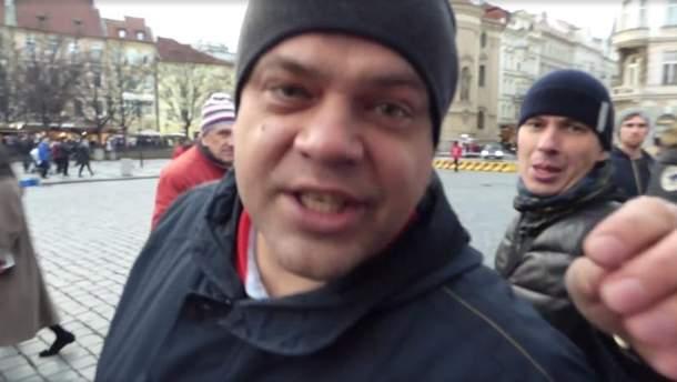 Группа россиян атаковала проукраинскую акцию в Праге