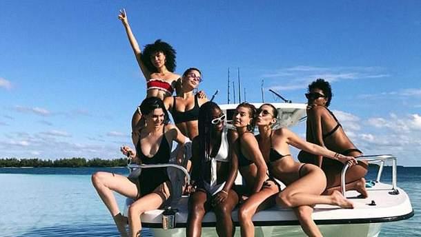 Хейли Болдуин пригласила в путешествие звездных моделей