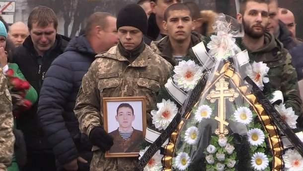 У Житомирі попрощалися з українським бійцем, який загинув на Донбасі: щемливі кадри