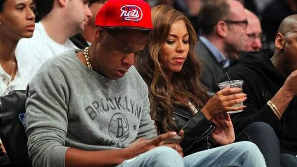 Бейонсе подглядывает в телефон мужа Jay-Z