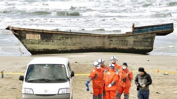 К берегам Японии прибило лодку с человеческими скелетами