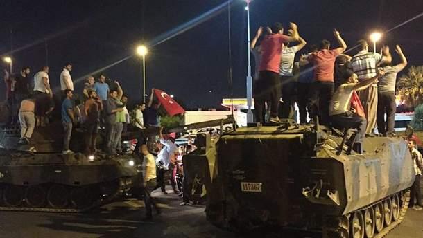 Турция выдала ордера на арест еще более 300 военных