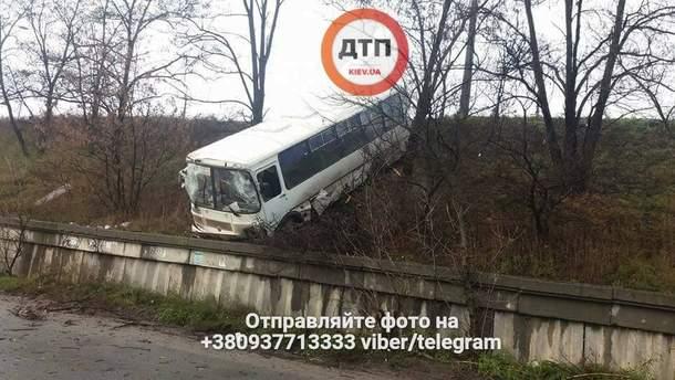 Маршрутний автобус злетів з дороги