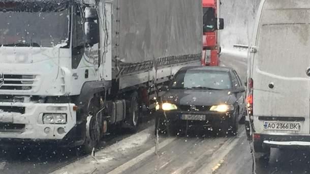 Из-за сильного снегопада на Закарпатье на дорогах образовались длинные заторы
