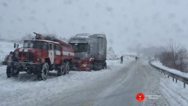 Грузовики застряли в снегах
