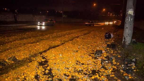 У Дніпрі на дорогу висипалися тонни мандарин