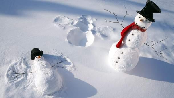 В Луцке автомобиль ездил со снеговиком на капоте