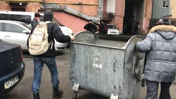 Активісти почали зводити барикади