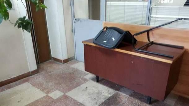 Розлючені активісти розгромили суд в Черкасах