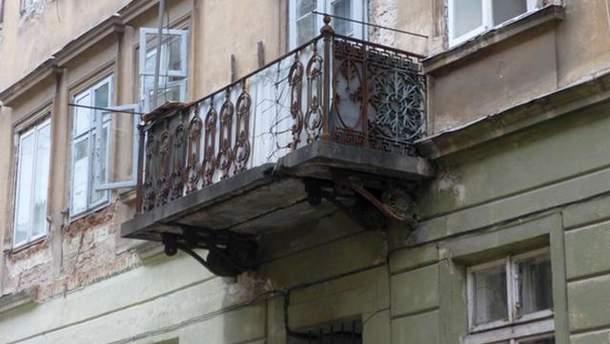 У Львові на молоду дівчину впав балкон