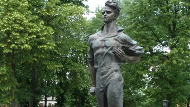 """На Чернігівщині познущалися з пам'ятника """"молодогвардійцю"""""""