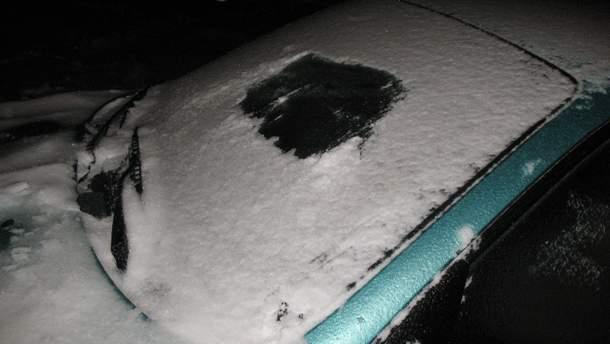 Очищення лобового скла автомобіля від льоду