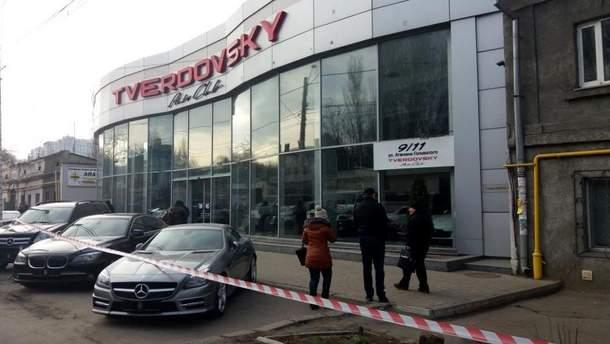 Спецоперация в Одессе: полиция штурмовала автосалон, захваченный бадндитамырация в Одессе: полиция штурмовала автосалон, захваченный бандитами