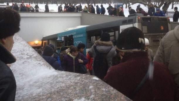 У Москві автобус влетів у підземний перехід