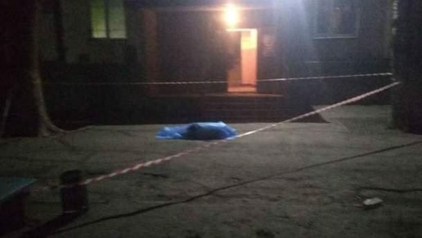 В Запорожье мужчина выпрыгнул с многоэтажки и упал на ребенка