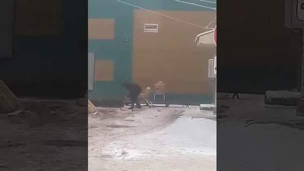 Вантажник з Росії розсипав хліб по дорозі до магазину