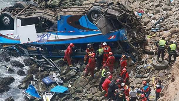 Спасатели достают пассажиров автобуса в Перу