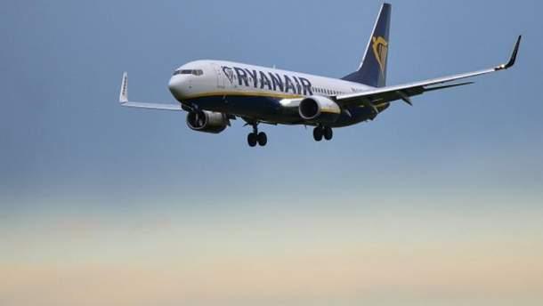 Пасажир спробував вийти з літака через крило