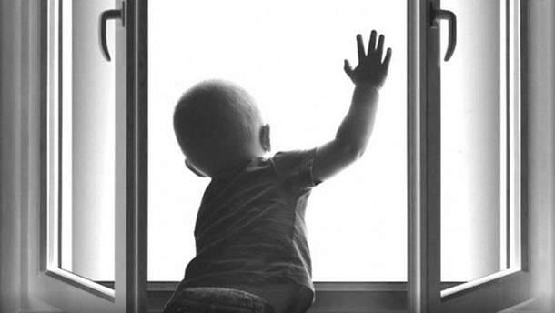 Дитина випала з вікна на 7 поверсі (фото ілюстративне)