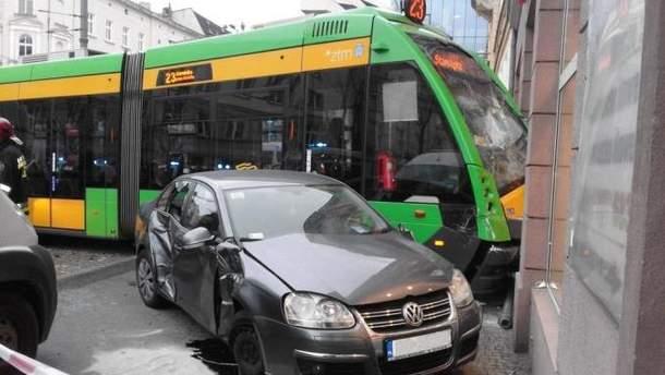 Трамвай въехал в мебельный магазин в Польше
