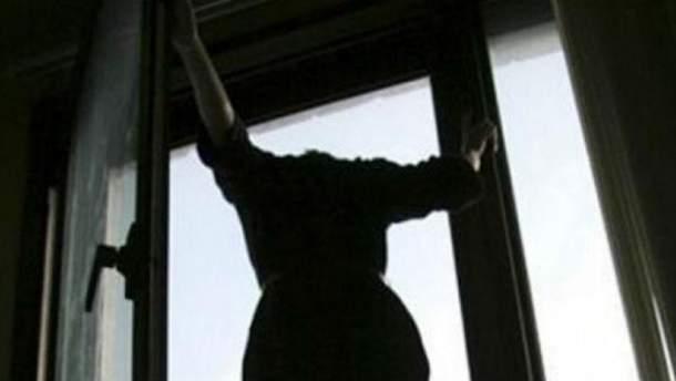 Дівчина викинулась з багатоповерхівки через знущання хлопця