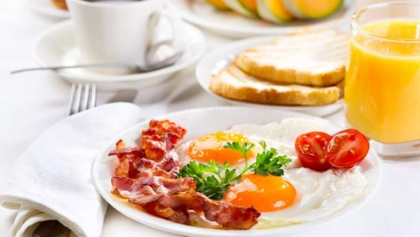 Шкода яєчні з беконом чи ковбасою