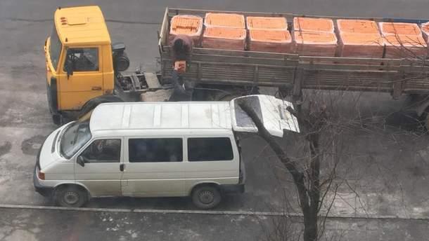 Водитель фуры помог мужчине украсть свой груз