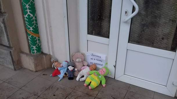 Іграшки під станами храму УПЦ МП у Запоріжжі
