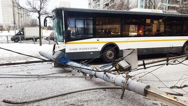 Автобус сбил фонарный столб в Москве (иллюстрация)