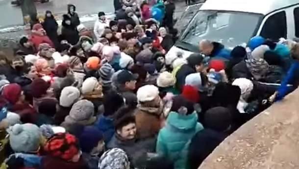 Тиснява у Росії за безкоштовними подарунками