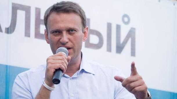 За Навальним стежать невідомі