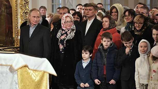 Владимир Путин во время рождественского церковного богослужения в Санкт-Петербурге