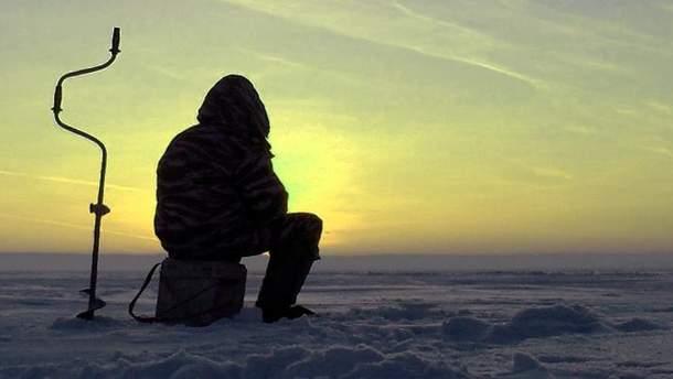 Мужчина на снегоходе отправился на рыбалку, попал в полынью и вмерз в лед
