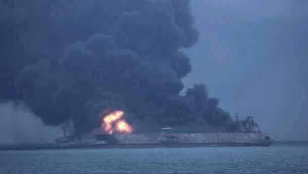 Палаючий танкер