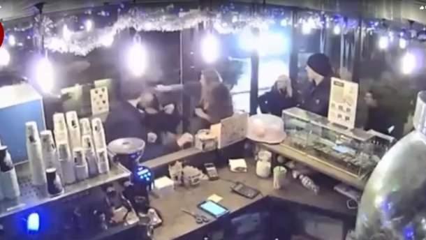В Киеве мужчина устроил драку из-за замечания