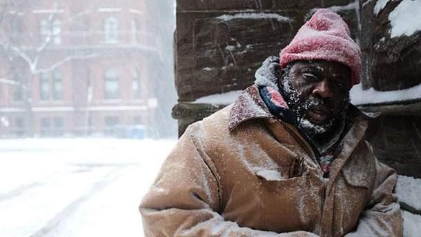 Бездомный Джордж на улицах Бостона в момент метели