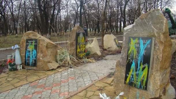 У Перевальську розмалювали пам'ятні знаки вбитим терористам