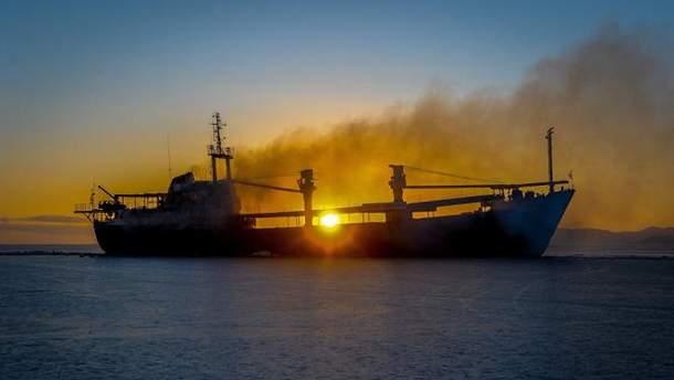 Пожарным до сих пор не удалось потушить нефтяной танкер, который горит у берегов Шанхая