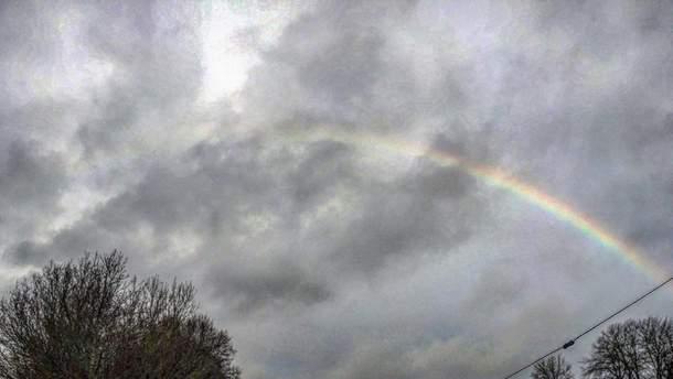 """В небе над Украиной заметили """"зимнюю"""" радугу"""