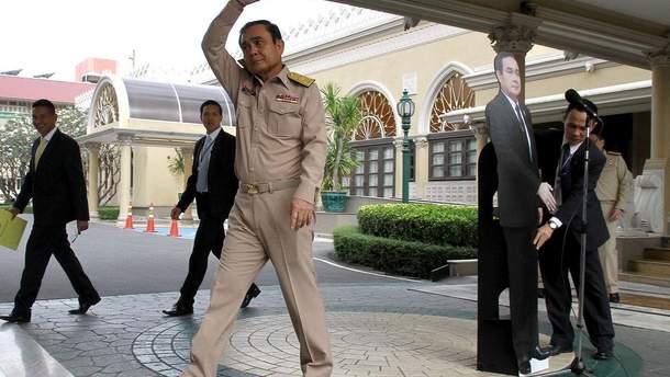 Премьер Таиланда оставил для общения с журналистами свою картонную копию